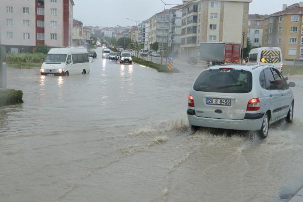 Sağanak yağış sokakları göle çevirdi - Resim: 3