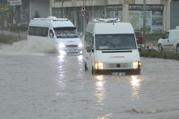 Sağanak yağış sokakları göle çevirdi - Resim: 2