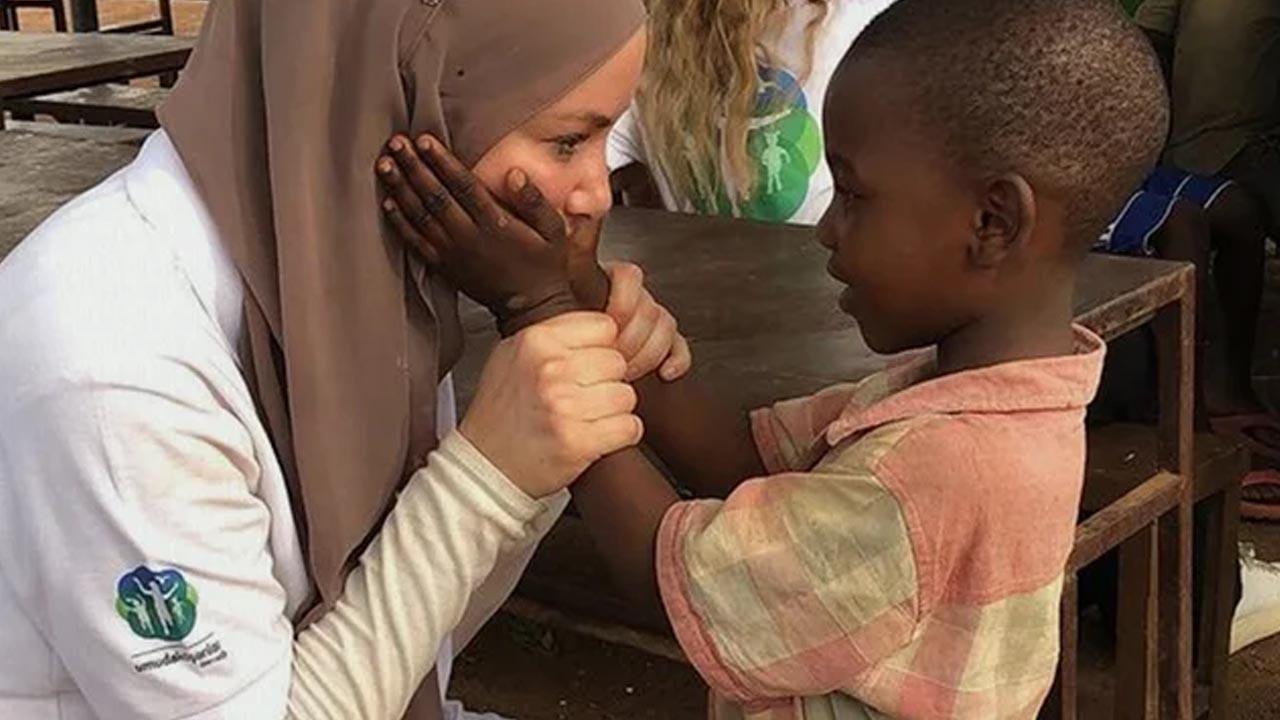 Gamze Özçelik Tanzanyalı çocukların yardımına koştu