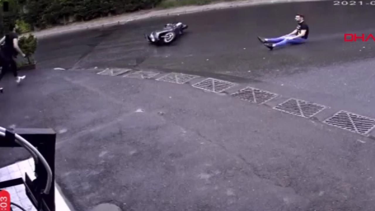İstanbul'da yağmur sonrası ilginç motosiklet kazası kamerada