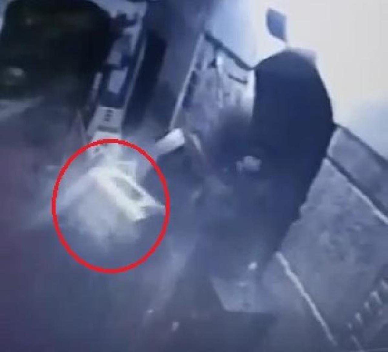 Camide şok görüntü: İmam, müezzine tabureyle saldırdı - Resim: 1