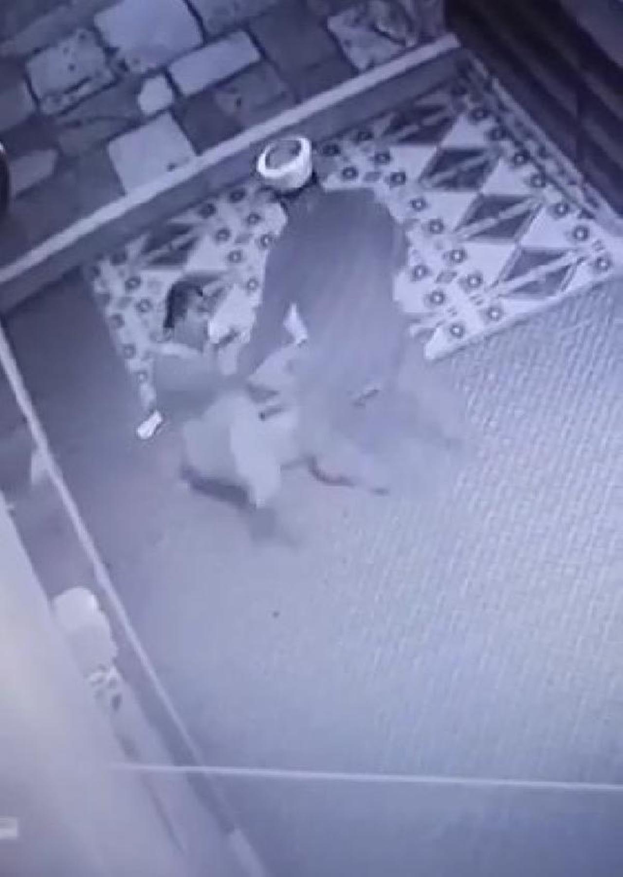Camide şok görüntü: İmam, müezzine tabureyle saldırdı - Resim: 4