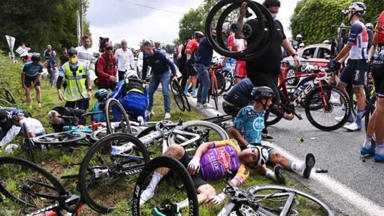 Bisiklet yarışında seyirci kazaya neden oldu
