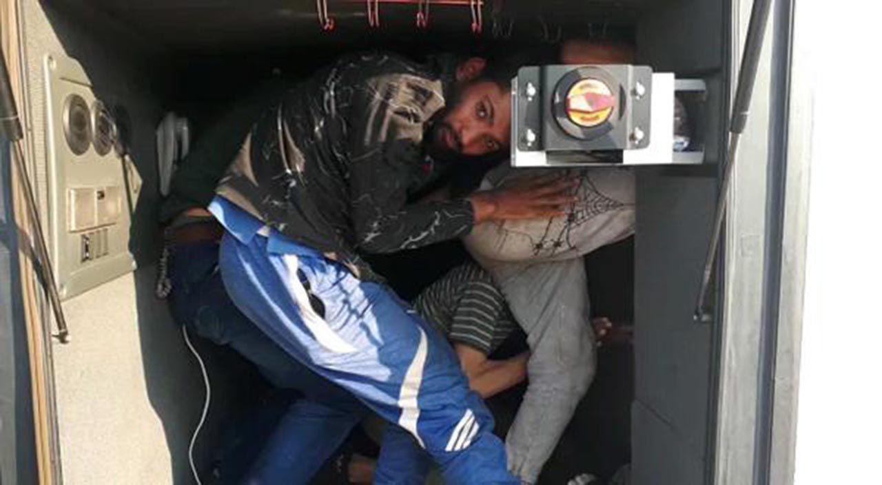 Yolcu otobüsünün bagajında yakalandılar - Resim: 2