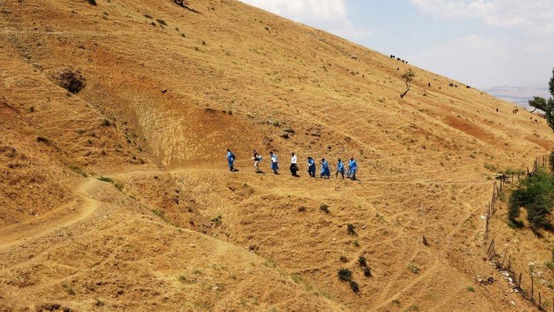 Sağlık çalışanları aşılama için dağ tepe demedi