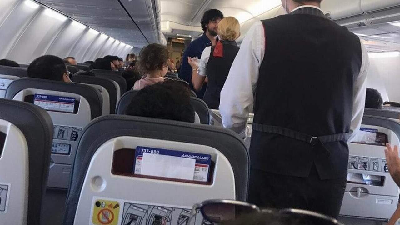 Yolcu uçağında ilginç anlar... Hostesin önünü kesti ve...