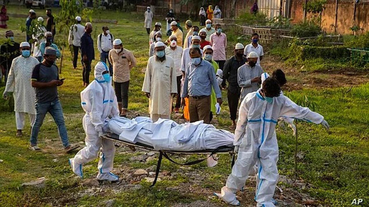 Koronavirüsten ölenlerin cenazeleriyle prk yapıyorlar