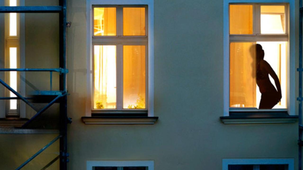 Evinde çıplak dolaşan komşusuna hayatının şokunu yaşattı