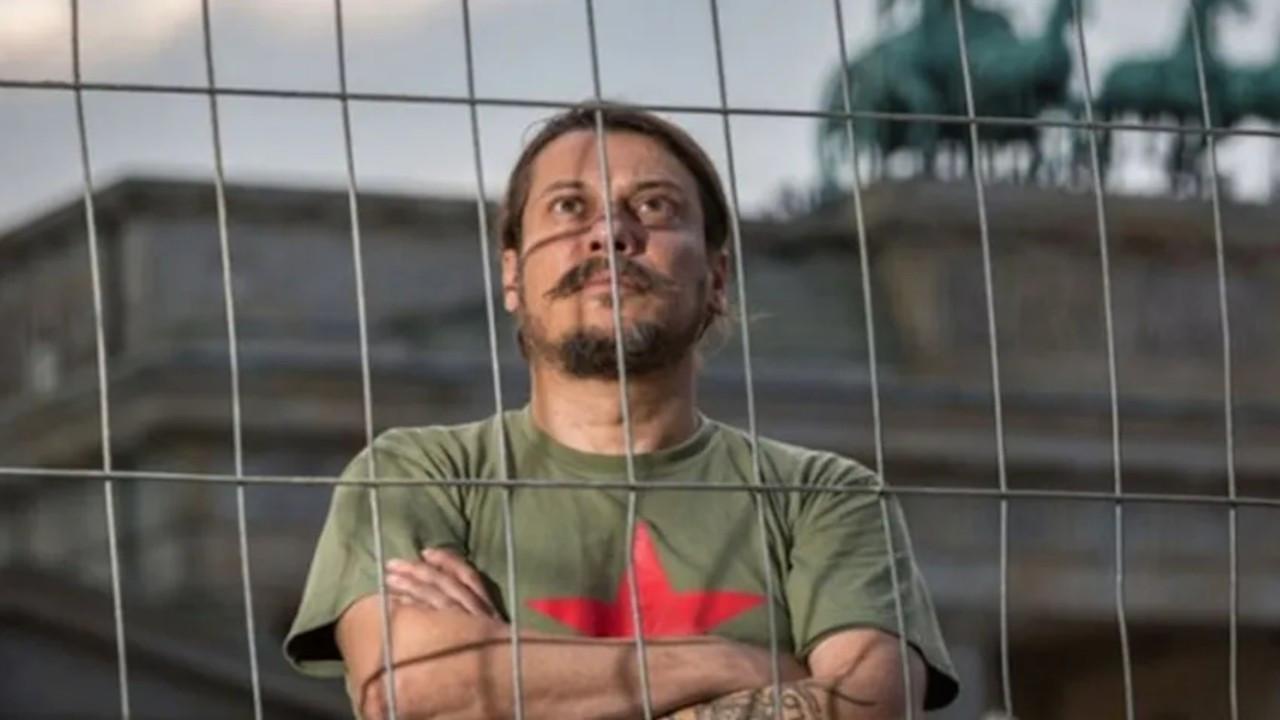 Gazeteci Erk Acarer evinde saldırıya uğradı