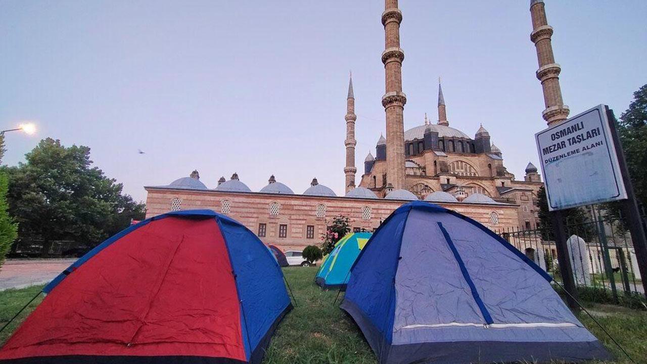 Burası ne Antalya ne de Ege! Oteller dolunca sokakta kaldılar