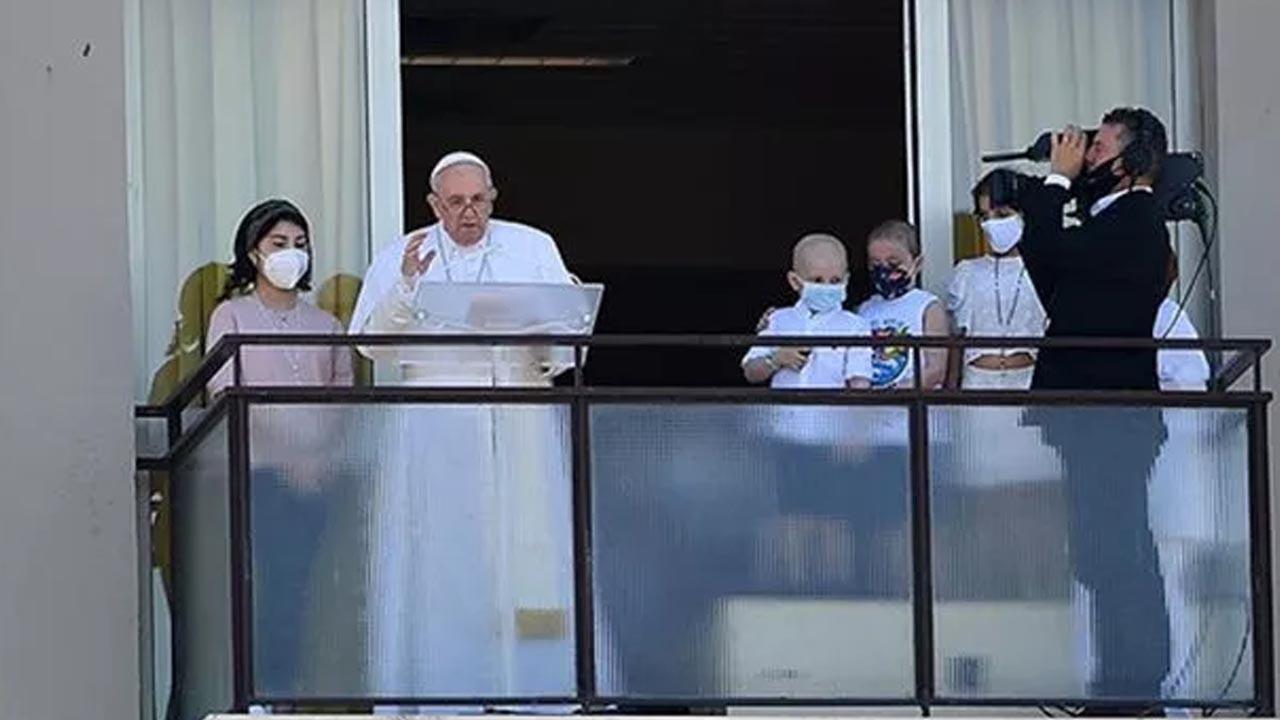 Hastaneye kaldırılan Papa ilk kez görüntülendi