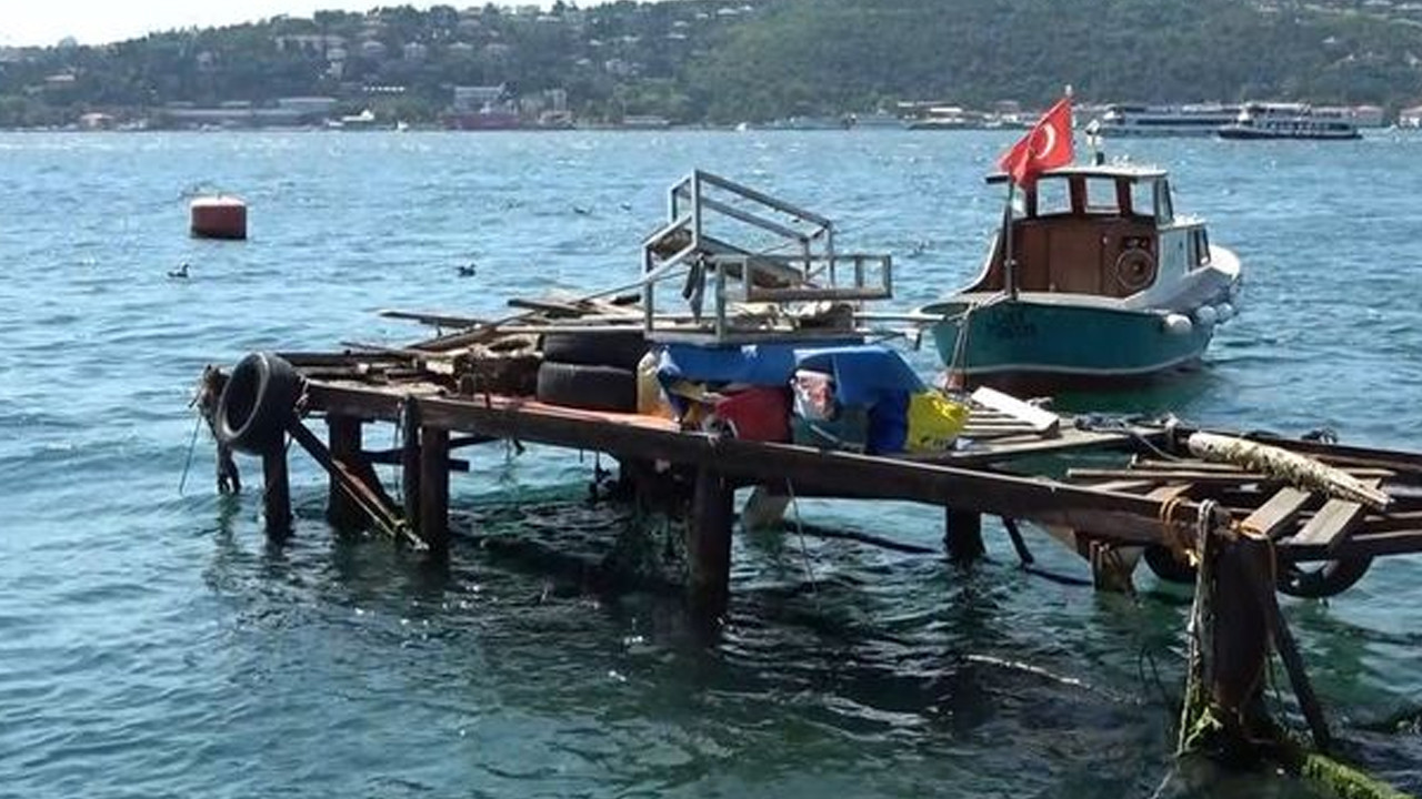 İstanbul'da savaş gemisi paniği: İskele uçtu, kafe sular altında kaldı