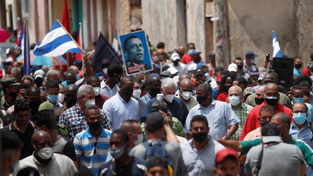 Binlerce kişi ''kahrolsun diktatörlük'' deyip sokağa indi