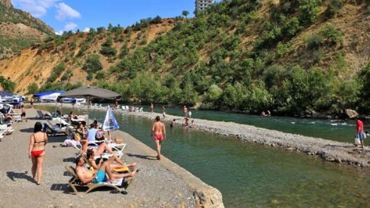 Sıcaktan bunalan nehre akın etti!