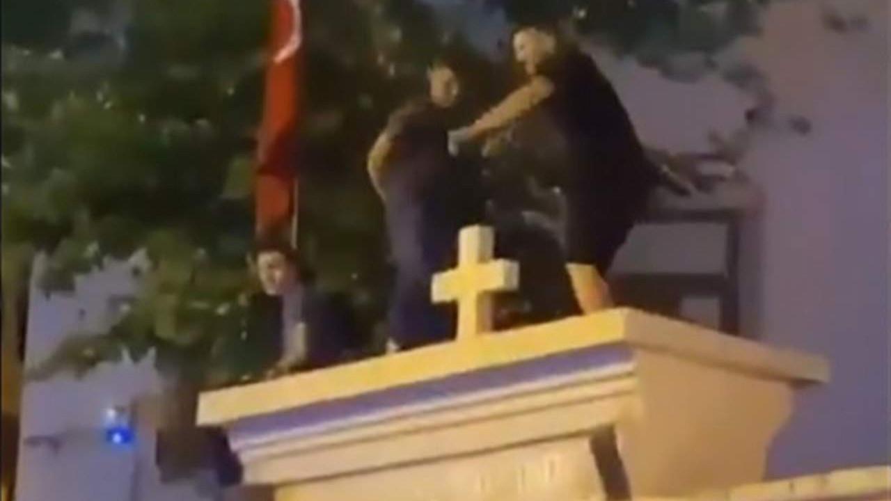 Kadıköy'de kilise kapısı üzerinde dans edenler gözaltında