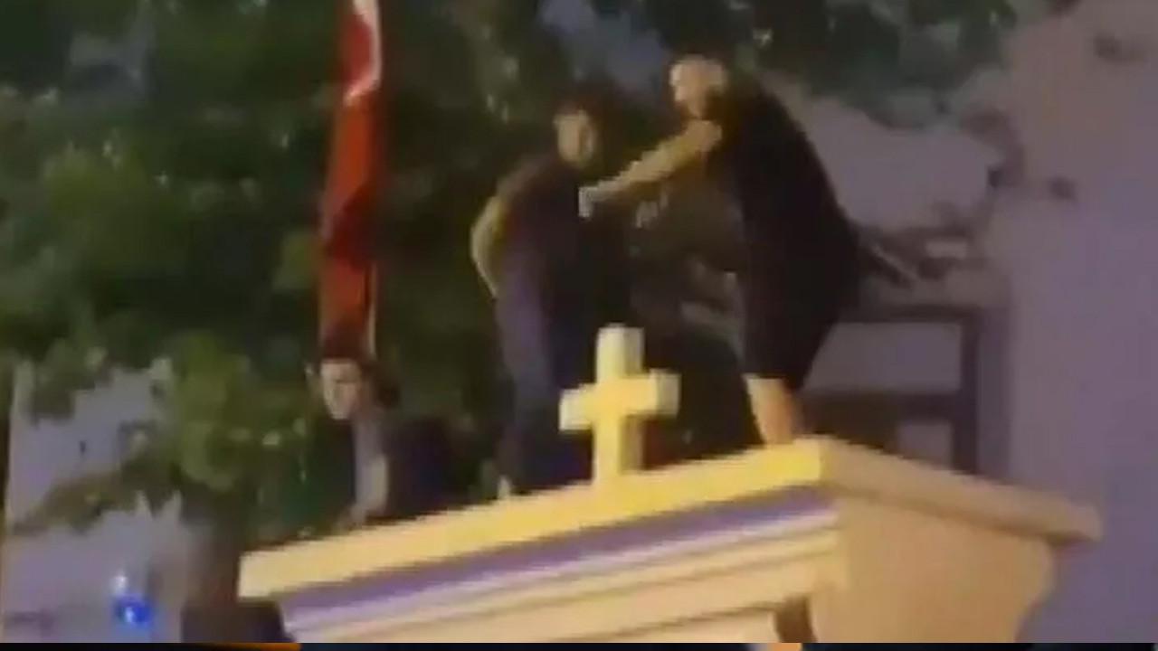 Kilise duvarında dans eden 3 kişi için karar verildi