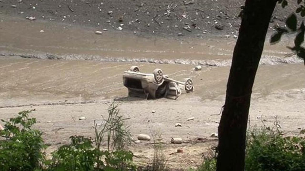 Suyu çekilen gölde otomobil bulundu