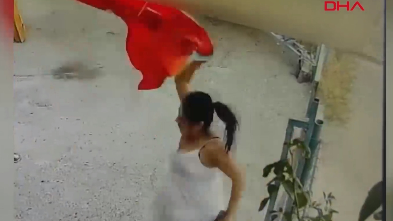 Türk bayrağına saldırı kamerada! Koparıp, çöpe attı