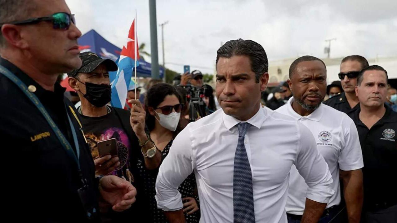 Miami Belediye Başkanı'ndan ''Küba bombalansın''