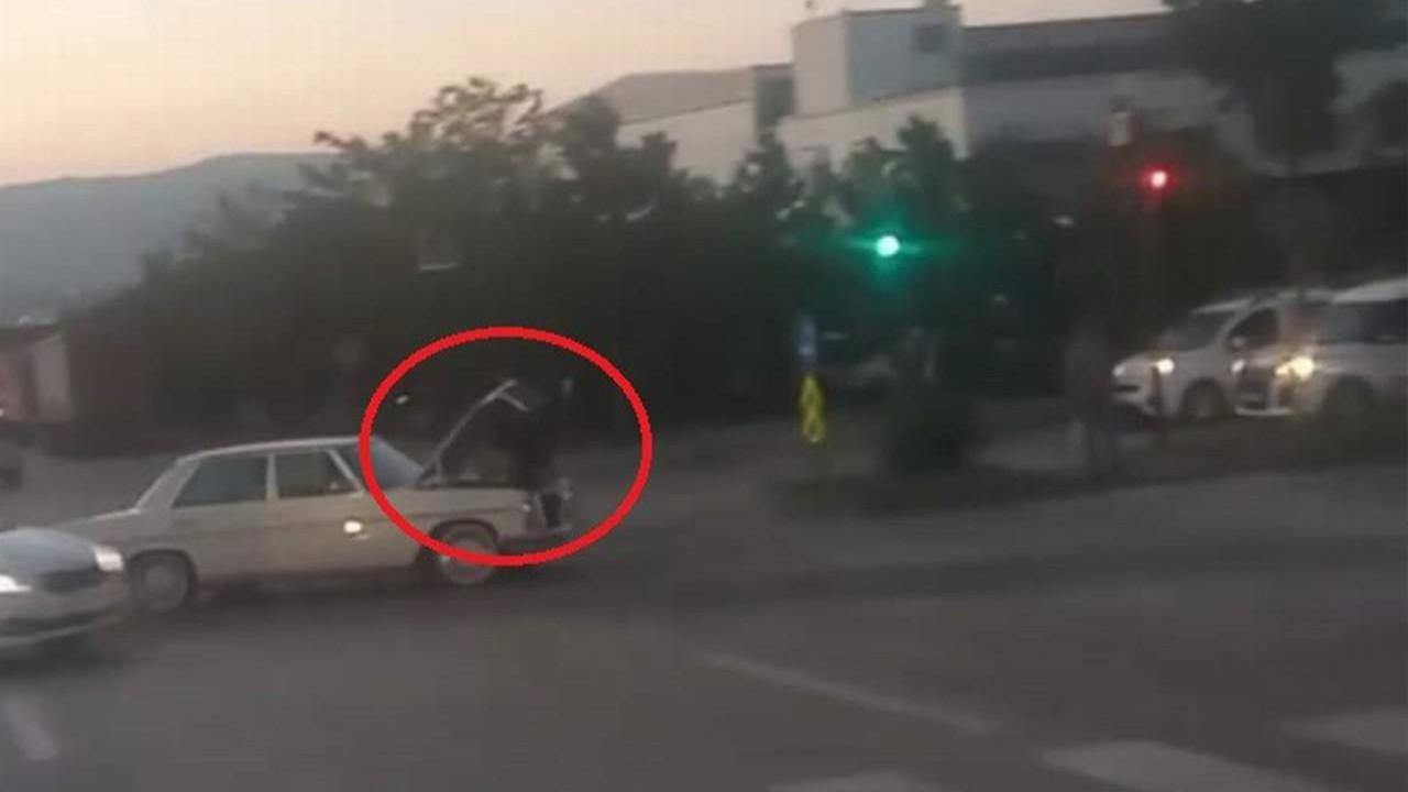 Giden otomobilin üzerinde araç tamiri kamerada