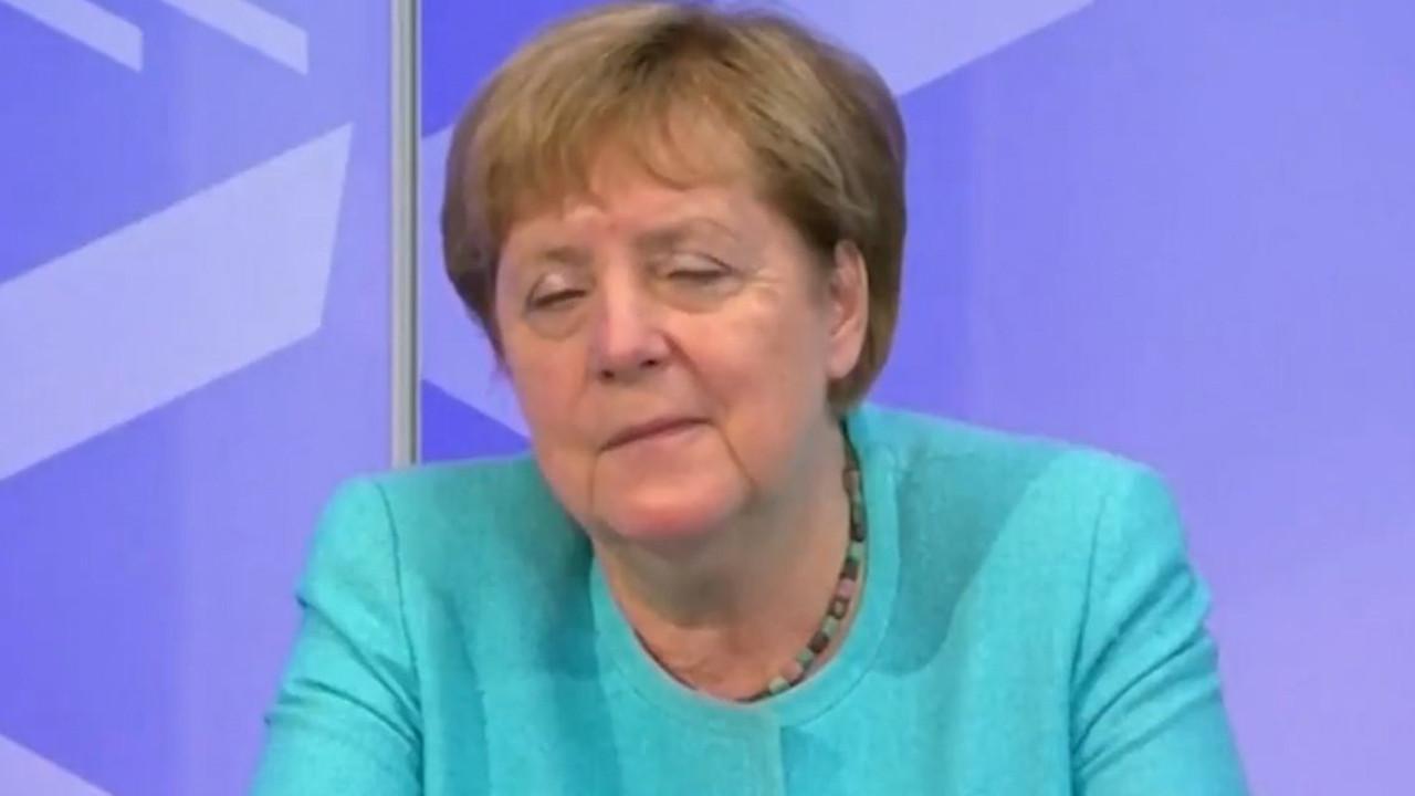 Merkel'in zor anları! Online toplantıda içi geçti