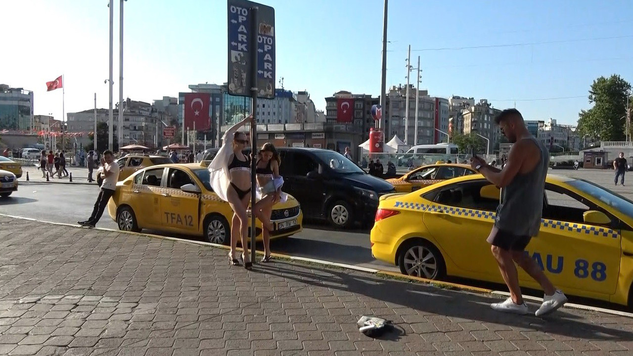 Taksim Meydanı'nda bikinili turist şaşkınlığı