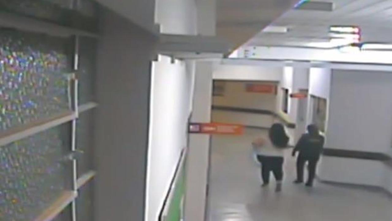 Hemşire kılığında bebek çalmaya çalışan kadını hasta bilekliği ele verdi