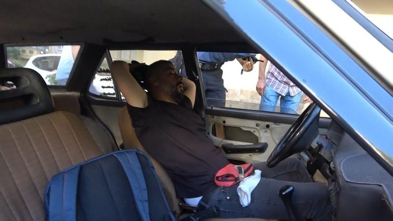 Arabasında başka birinin uyuduğunu görünce neye uğradığını şaşırdı
