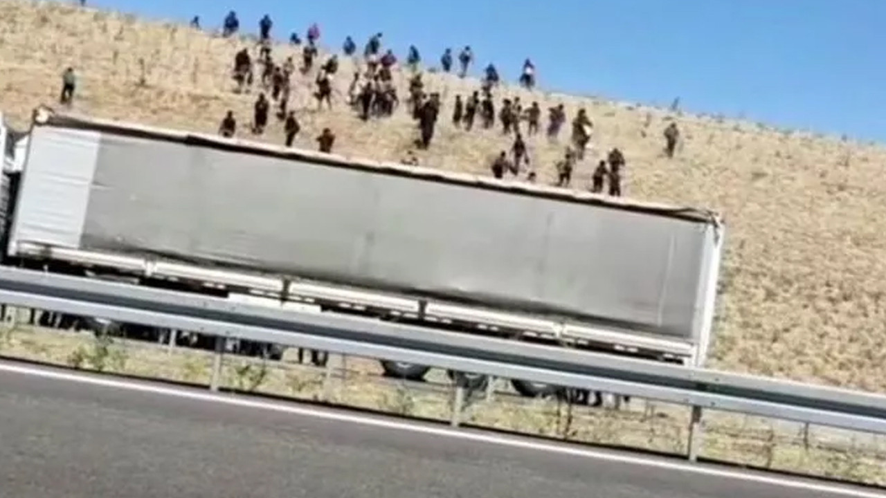 Valilikten Kaçak göçmenleri otoyolda bıraktılar