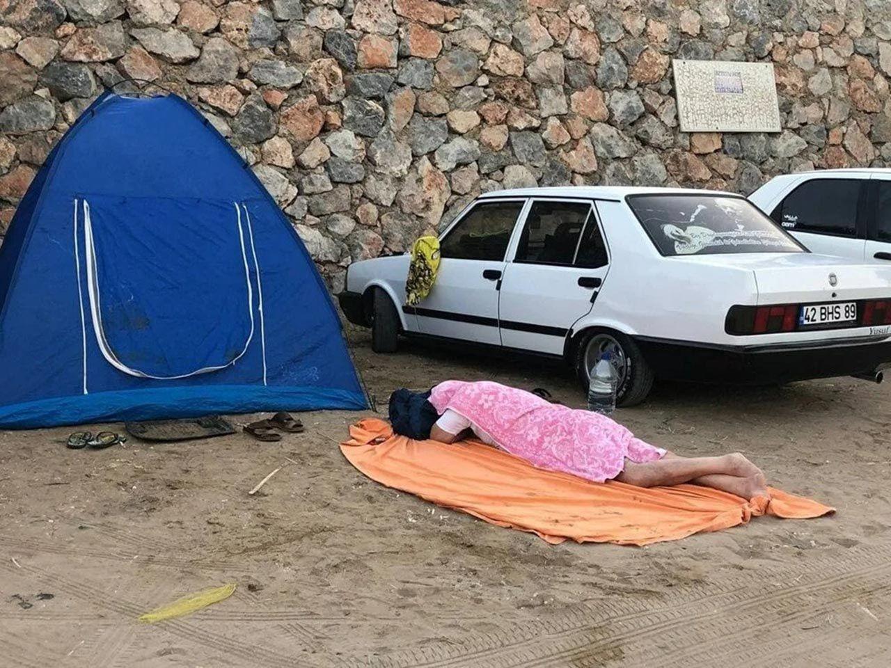 Kalacak yer bulamadılar... Her sokak başı yerde yatan bir tatilci var - Resim: 2