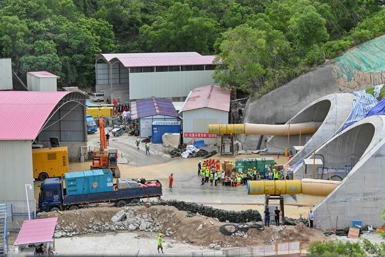 Çin'de su baskını nedeniyle tünelde mahsur kalan 14 işçinin cesedi bulund - Resim: 1