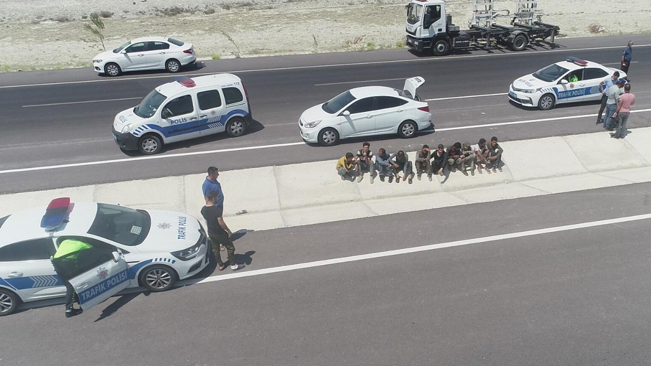 Polisin durdurduğu otomobilden 10 kaçak göçmen çıktı