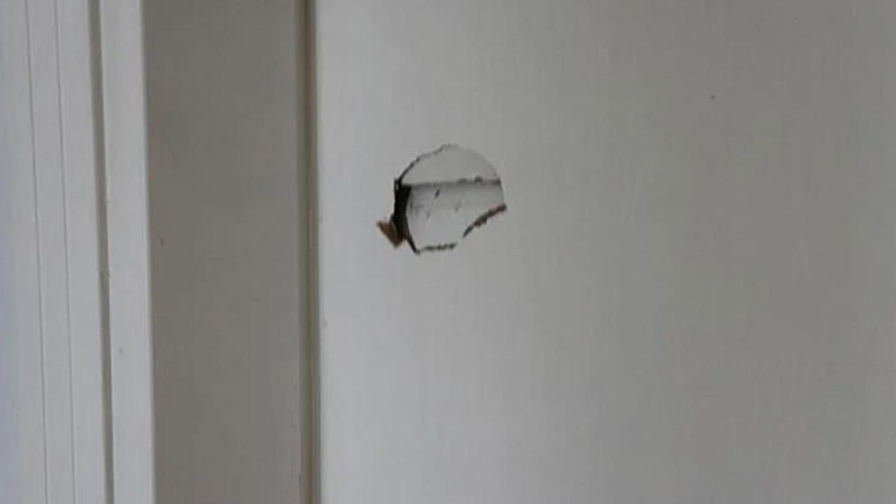 Sırasını beklemesini söyleyen doktora çivili tahtayla saldırdı