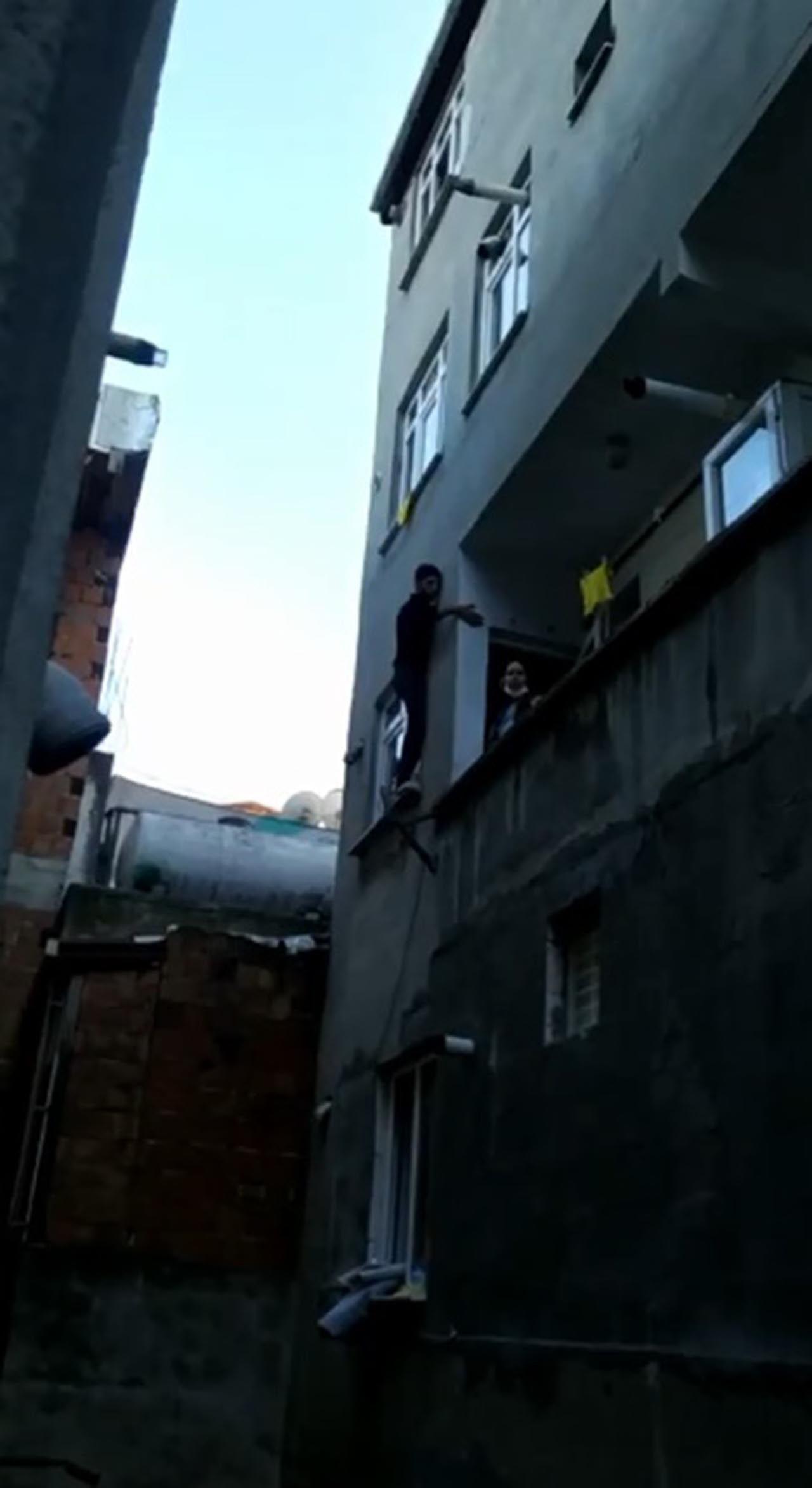 Pencerede mahsur kalan hırsız, bina sakinlerine yalvardı - Resim: 4