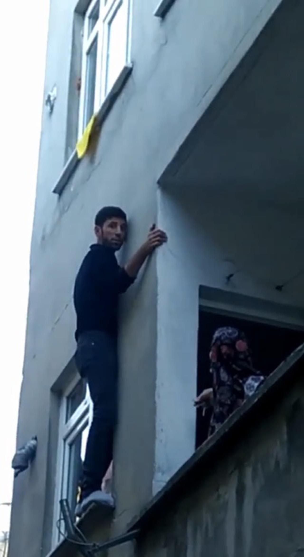 Pencerede mahsur kalan hırsız, bina sakinlerine yalvardı - Resim: 2