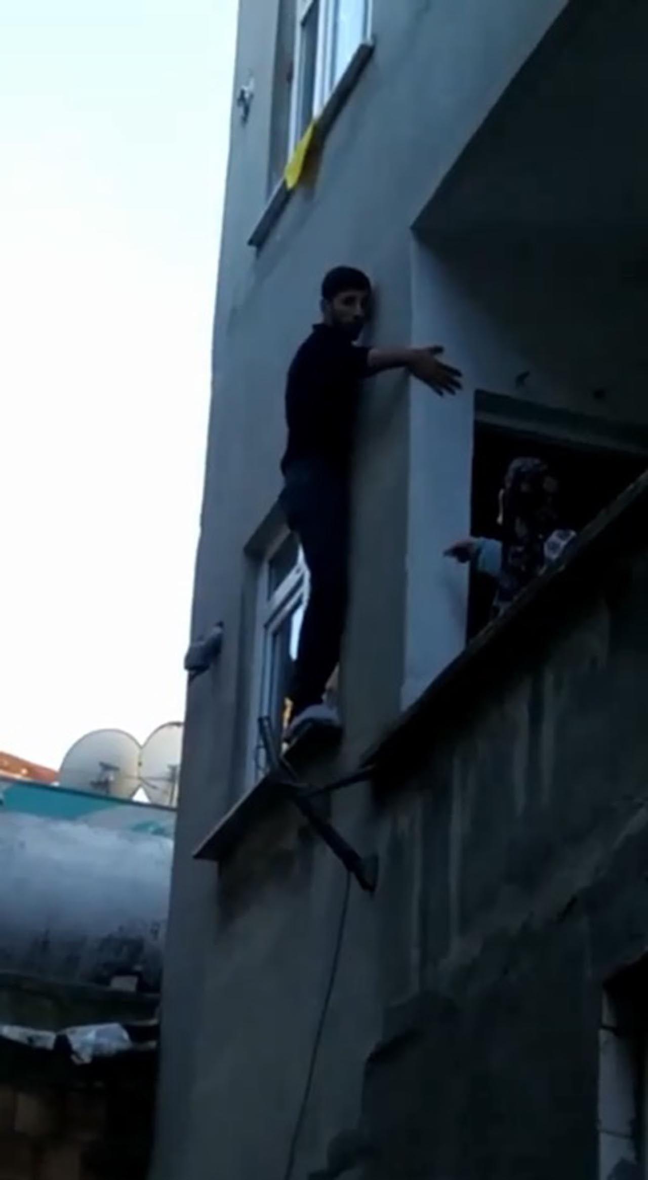 Pencerede mahsur kalan hırsız, bina sakinlerine yalvardı - Resim: 1
