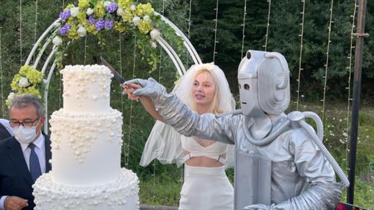 Aleyna Tilki bildiğiniz gibi... Gelinlik giyip, robotla evlendi