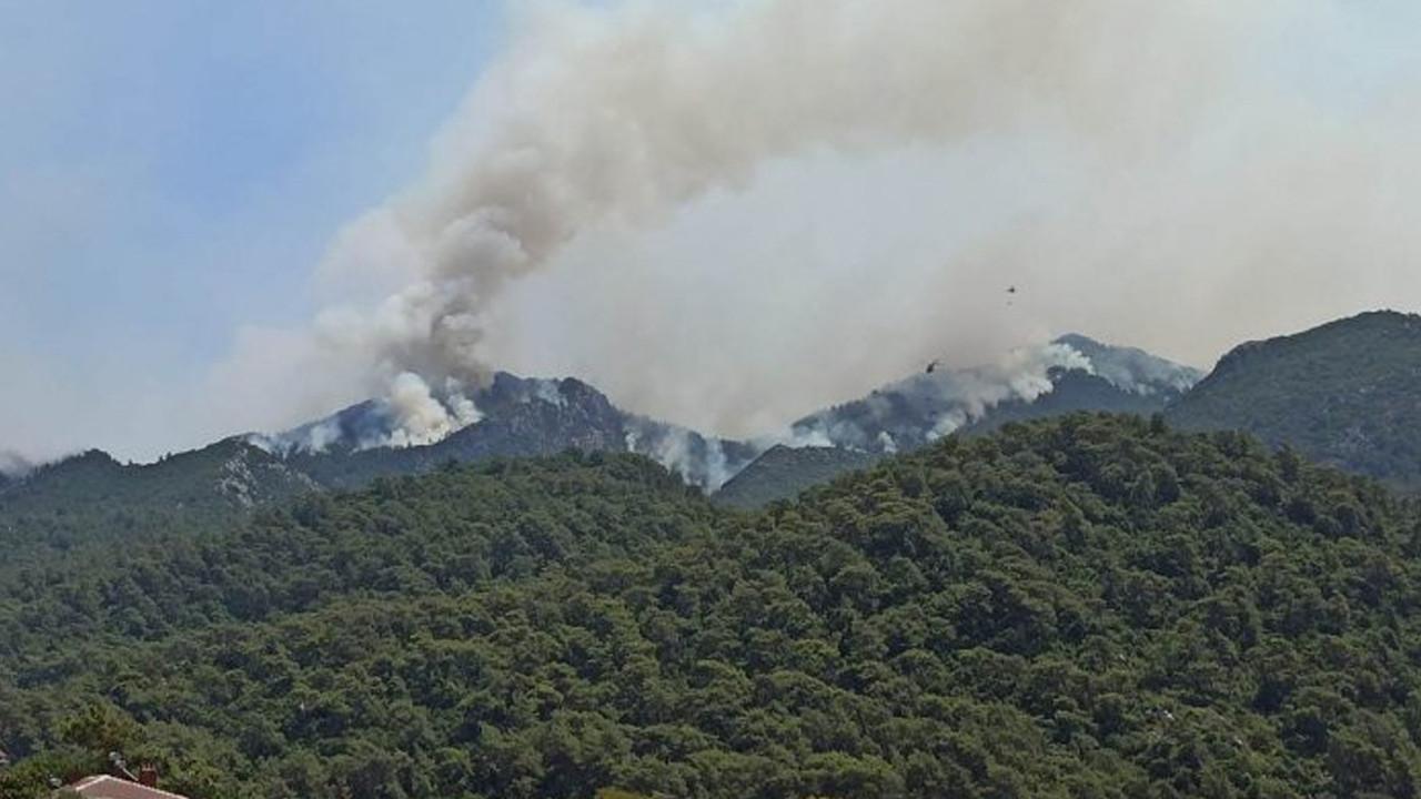 Marmaris'te yangın şiddetlendi: Karayolu trafiğe kapatıldı