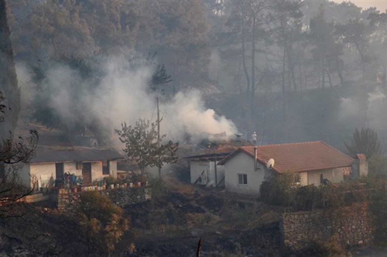 Korkulan oldu! Marmaris'te alevler yerleşim yerine ulaştı - Resim: 1