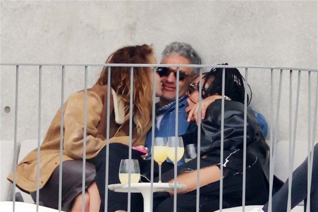 Üçlü ilişki görüntüleriyle olay olmuşlardı: Galada birlikte boy gösterdiler - Resim: 1