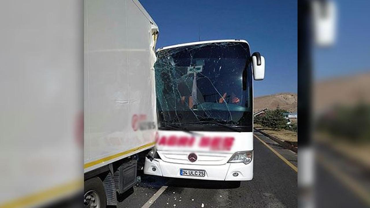 Yolcu otobüsü TIR'a çarptı: Çok sayıda yaralı var