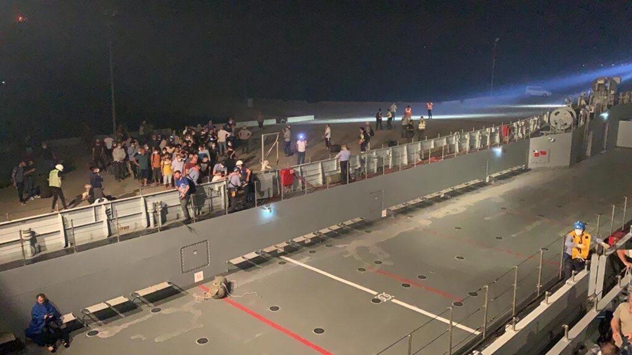 Milaslılar yangın bölgesinden askeri gemi ile tahliye edildiler