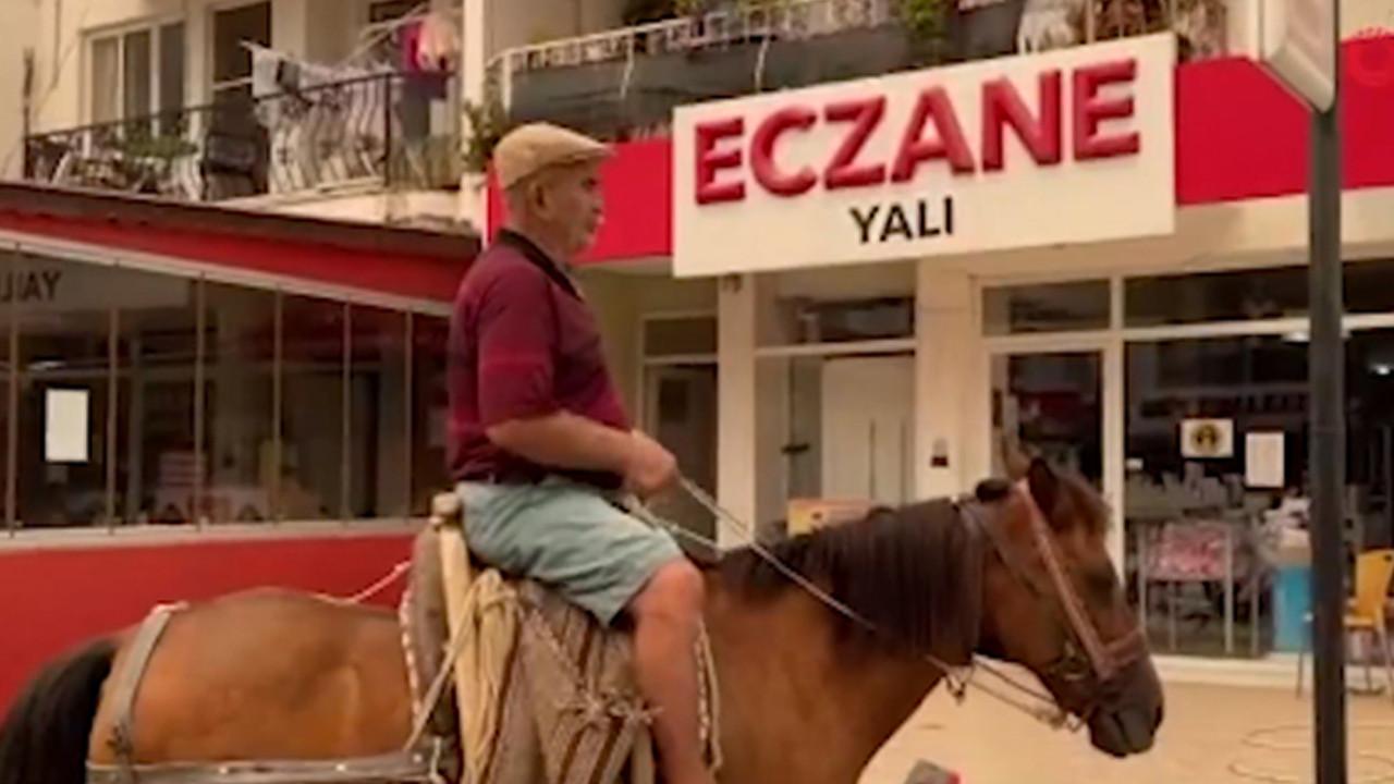 Bir ilginç olay: Boşalan şehirde atıyla eczaneye gelip ilaç aradı