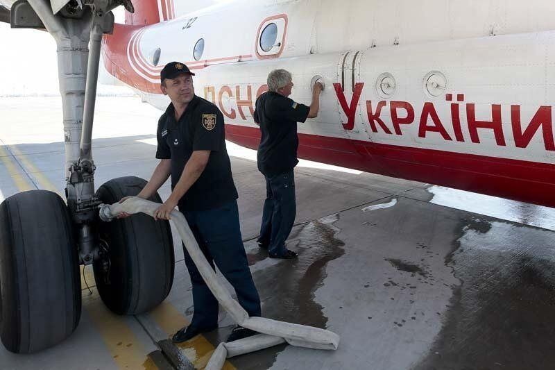 Yabancı yangın söndürme uçağı pilotlarının zorlu mesaisi kamerada - Resim: 1