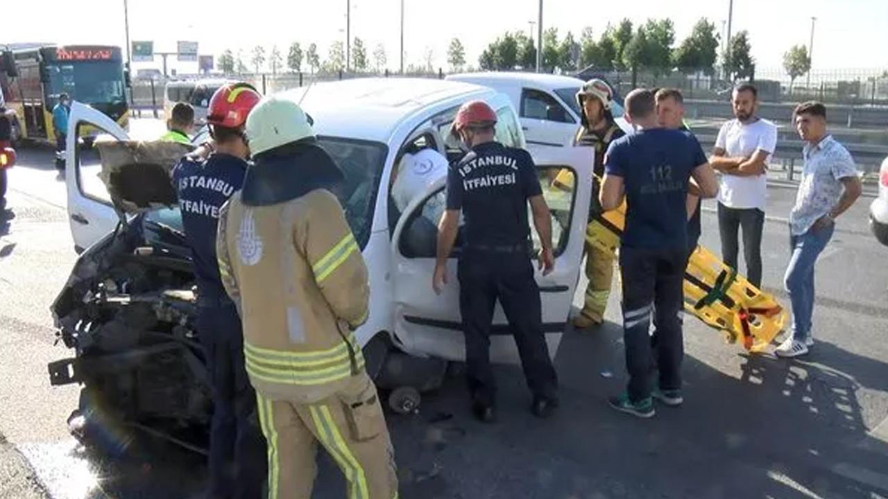 Kaza yapan sürücü şokun etkisiyle araçtan inemedi