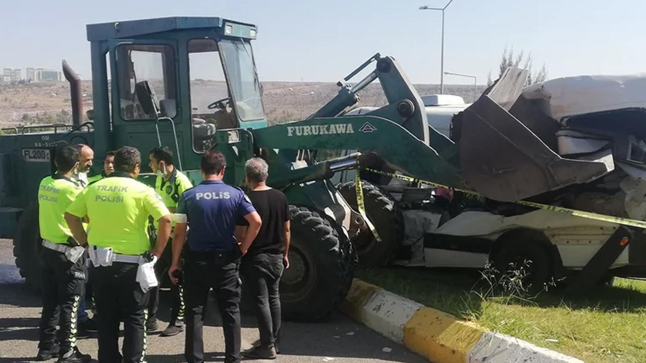 Korkunç kaza: İş makinesi öğrenci servisini ezdi