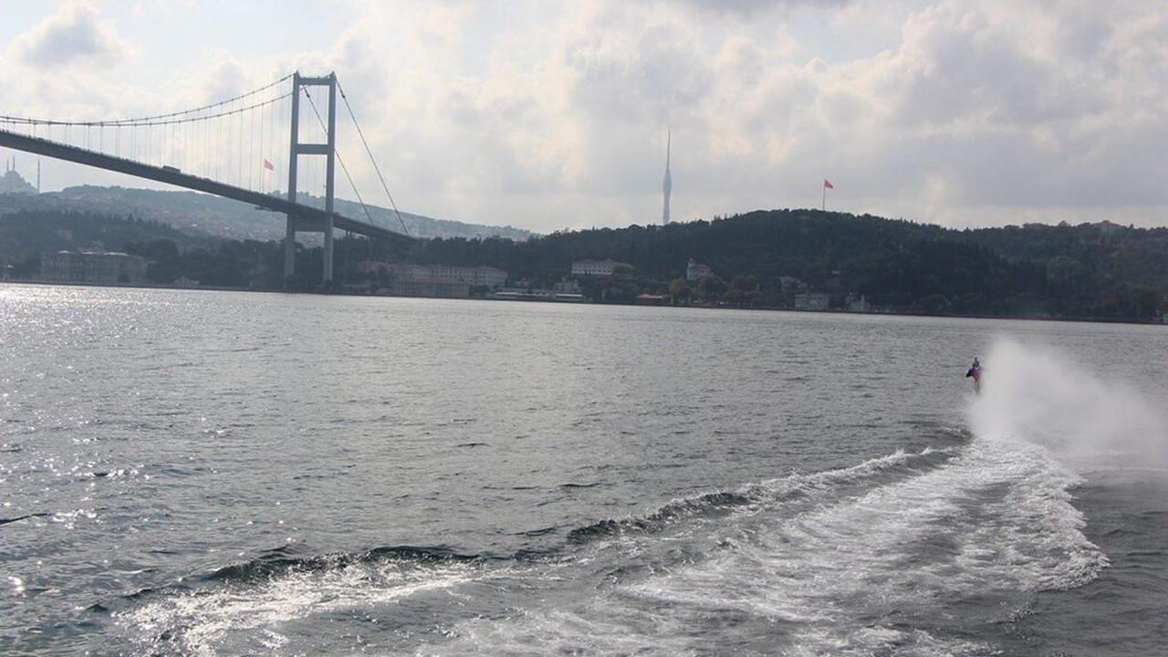 İstanbul Boğazı'nda inanılmaz gösteri! Denizi motosiktletle geçti!