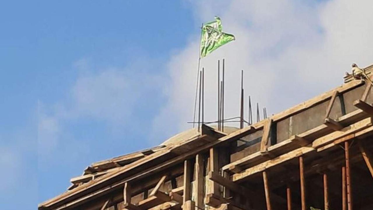 Cami inşaatına hilafet bayrağı astılar