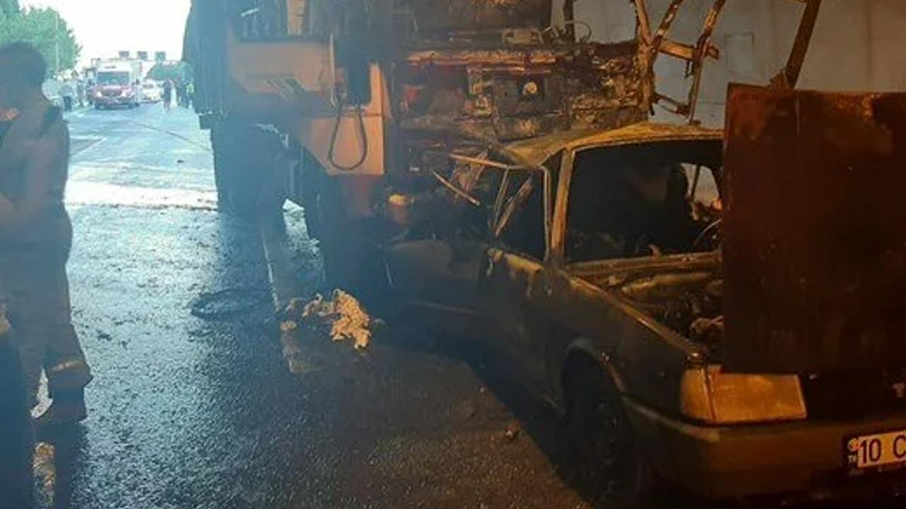 Feci kaza! Kamyonun çarptığı otomobil alev aldı: 4 ölü