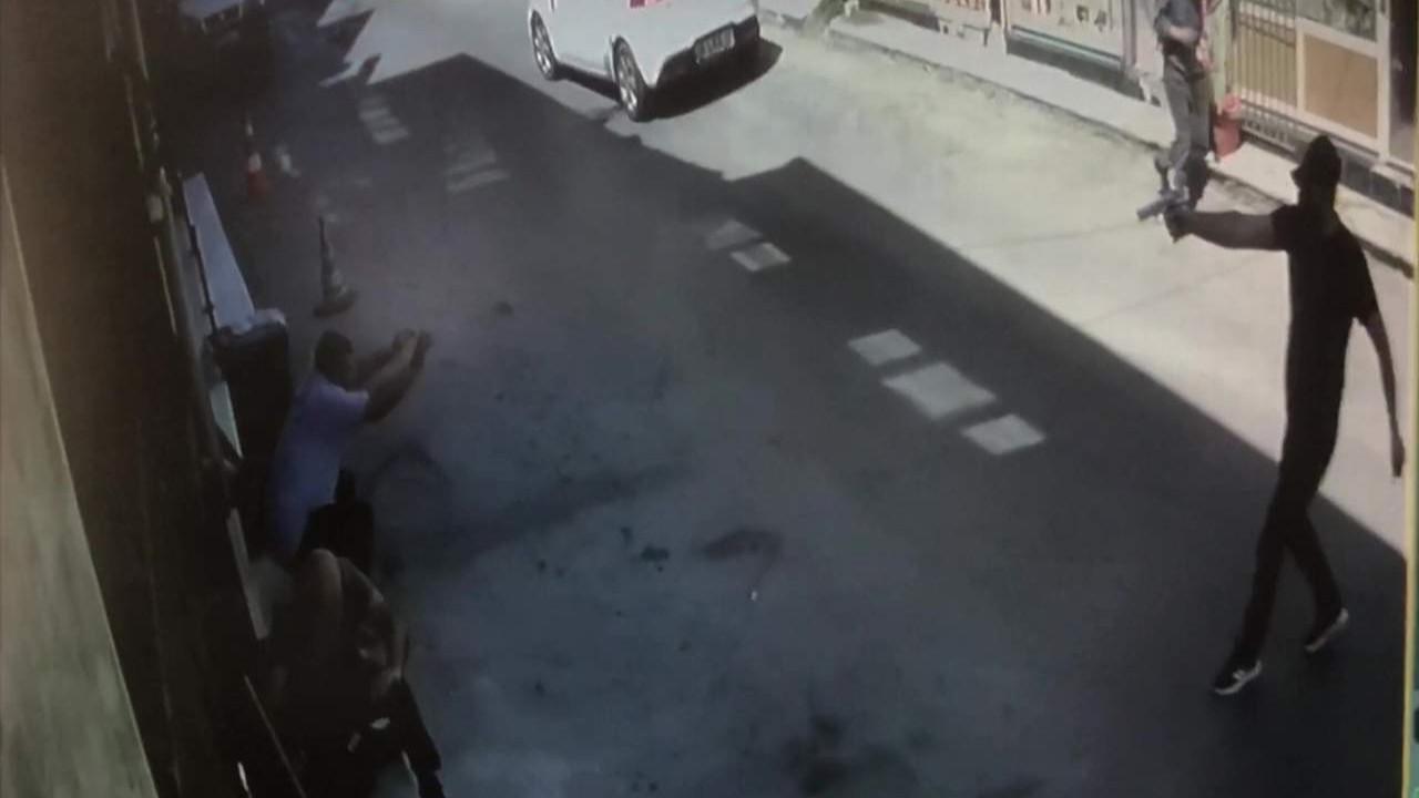 Esnafa işyeri önünde silahlı saldırı kamerada